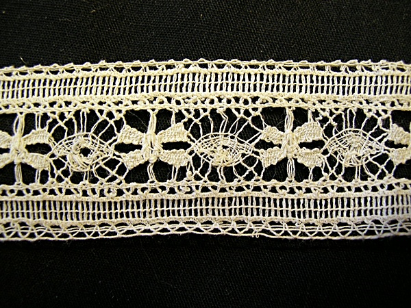 Vintage Bobbin Insertion Lace with Flowers and Circles Single Row